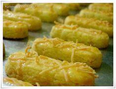 Bahan :   - 150 gr butter   - 150 gr margarin   - 250 gr keju edam   - 2 kuning telur   - 25 gr tepung maizena   - 25 gr susu bubuk full cre... Cookie Recipes, Dessert Recipes, Desserts, Cotton Cheesecake, Malay Food, Indonesian Food, Onion Rings, Kitchen Recipes, Yummy Snacks