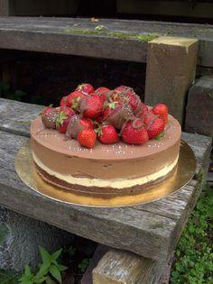 Suklaa-kinuskimoussekakku - Dr. Sugar Finnish Recipes, Strawberry Cheesecake, Sweet Cakes, Let Them Eat Cake, Tart, Cake Decorating, Sweet Tooth, Food Porn, Food And Drink