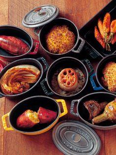 小さいお鍋のココットは、一体何に使ったらいいの?直径10センチという大きさで使い道に悩む人も多いのです。 でも実はとっても万能なココット鍋はココット料理専門レストランまで出来るほどにレパートリー豊富なんですよ〜。 おもてなしのテーブルコーディネートにも、スープやグラタンなどをココット鍋で出すだけで一気に華やぐ優れもの。 さぁ、ココット鍋の世界へ足を踏み入れてみましょう。
