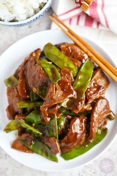 Beef and Snow Pea Stir Fry - Girls Pop-Dishes - Short on time? This beef and snow pea stir fry is the perfect weeknight dinner option! Asian Recipes, Beef Recipes, Cooking Recipes, Healthy Recipes, Ethnic Recipes, Drink Recipes, Stir Fry Dishes, Beef Dishes, Meat Dish