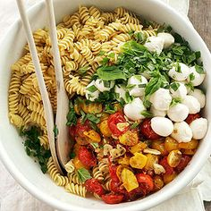 Roasted Tomato Pasta with Mozzarella Red and yellow cherry tomatoes, fresh mozzarella balls, and plenty of herbs and spices add color and flavor to this bountiful pasta salad. Sprinkle fresh basil on top. Roasted Tomato Pasta with Mozzarella Roasted Tomato Pasta, Roasted Tomatoes, Easy Potluck Recipes, Dinner Recipes, Potluck Ideas, Vegetarian Recipes, Cooking Recipes, Healthy Recipes, Healthy Foods