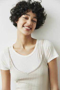 corte de pelo a capas, mujer en blanco con pelo corto negro, corte garcon con flequillo regular