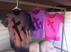 CrAzY Working Mom - Duck Tape, Bleach, and Dark Colored Tees make for a fun, stylish craft with the kids. Vbs Crafts, Church Crafts, Camping Crafts, Crafts For Teens, Teen Crafts, Bible School Crafts, Bible Crafts, Sunday School Projects, Kids Church