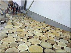 Putting of wooden flagstone Sensory Garden, Flagstone, Firewood, Concrete, Pergola, Crafts, Wood Cookie, Inspiration, Diy
