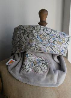 Tour de cou taille adulte en velours doudou d'une face et joli coton à motifs de l'autre. Pratique et indispensable pour affronter l'hiver en couleurs, il est réversible pour s'adapter à vos tenues et à votre humeur du matin! Un motif appliqué sur le côté velours rappelle le tissu intérieur.hauteur 37 cm env.circonférence 66 cm env.lavable en machine à 30°C