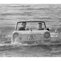 Un jour en #France. 10 août #1962. Deux Français Jean Bruel armateur des Bateaux Mouches de #Paris et Tony Andal directeur d'un cabaret flottant traversent la Manche à bord d'une voiture qui pèse 882 kgs à la vitesse de 18 km/h avec un moteur placé à l'arrière qui actionne 2 hélices. Les 2 roues avant servent de gouvernail. Photo : Jack Garofalo / Paris Match by parismatch_magazine