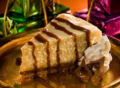 Enjoy the holiday season with KISSES Caramel Cheesecake! Enjoy the holiday season with KISSES Caramel Cheesecake! Just Desserts, Delicious Desserts, Dessert Recipes, Yummy Food, Chocolate Caramel Cheesecake, Carmel Cheesecake, Hershey Recipes, Yummy Treats, Sweet Treats