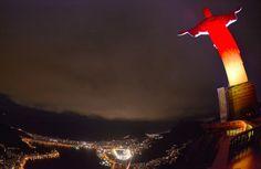 Cristo Redentor fica com as cores da Alemanha para a decisão da Copa Internautas decidiram a iluminação do monumento carioca nesta última noite antes da final do Mundial. Resultado foi anunciado por rede social. Alemães tiveram mais votos (Foto: Reprodução / Twitter)