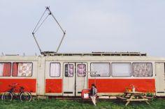 #amsterdam 旁邊還有一部我們覺得非常漂亮的火車。我們偷看過裡面,現在應該已經改建成一座餐廳,有櫥櫃同餐檯,不過可能今日沒開。  #netherland #holland #travel #bike #industry