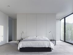 South Yarra Residence by Carr Desig. South Yarra Residence is a minimalist house located in Melbourne Australia designed by Carr Design Group. Minimalist Interior, Minimalist Home, Closet Behind Bed, Interior Minimalista, Master Bedroom Design, Villa, Interior Design, Modern Interior, Melbourne Australia
