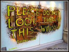 DON'T LOOK #retail #windows #vitrines #vitrinas #escaparates #visualmerchandising Pineado por Pilar Escolano