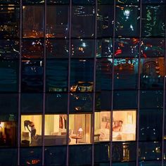 Los Angeles-based artist Seth Armstrong creates photorealistic paintings of cityscapes at night that allow us to peer into the tiny windows of massive buildings and watch the residents within. Armstrong focuses on skyscrapers painting intricate reflections of city lights and miniature details of apartments and offices.  Лос-Анджелесский художник Сет Армстронг создает фотореалистичные картины ночных городских пейзажей которые позволяют нам украдкой заглянуть в крошечные окна массивных зданий…