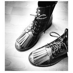 • Raoulle pimpe les pompes de Minasmoke • modèle black & lacets glitter •  #pimptespompes #Raoulle #shoefringes #happyfeet #instashoes #instafashion #leather #accesories #shoes #franges #fringes #tassels #madeinfrance