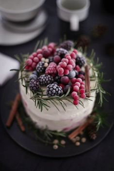 Today is December 21st, the Winter Solstice, so happy winter everyone! Every December we search for cakes that are perfect for winter weddings.