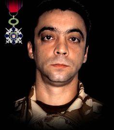 """Maiorul (pm) Iuliu-Vasile Unguraş 7 aprilie 2009 - Maiorul (pm) Iuliu-Vasile Unguraş a căzut la datorie în timpul unei misiuni de patrulare pe autostrada Kandahar-Kabul din Afganistan. Autovehiculul în care se afla a trecut peste un dispozitiv exploziv improvizat. A fost decorat cu Ordinul National """"Steaua României"""" în grad de Cavaler, cu însemn de razboi."""
