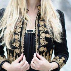 Le karakou est un vêtement qui tire sa source de l'époque ottomane. Cette veste cintrée en velours brodée dépeint au mieux le style et le raffinement de la femme algérienne.