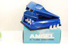 Aparat de injectat tutun Angel triplu - este un aparat manual pentru injectat tutun in tuburi tigari; culoare injector: albastru; se foloseste pentru tuburi tigari de lungime standard. Se incarca 3 tuburi de tigari printr-o singura culisare. Pentru comenzi si alte detalii: www.tuburipentrutigari.ro