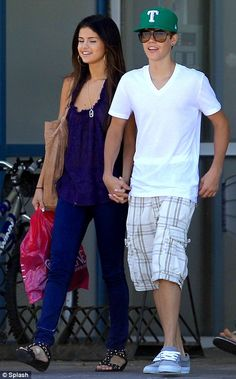 Justin Bieber and Selena Gomez in Justin's hometown Stratford, Canada. Justin Love, Justin Bieber Selena Gomez, Estilo Selena Gomez, Justin Bieber And Selena, Justin Bieber Pictures, Cutest Couple Ever, Best Couple, Famous Singers, Pop Singers