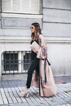 Long Kimono | Mi armario en ruinas. Black top+black cropped denim+nude heeled sandals with plattform+blush embroidery long kimono+nude clutch+sunglasses. Pre-Fall Transitional Outfit 2016