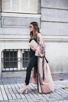 Long Kimono | Mi armario en ruinas. Black top+black cropped denim+nude heeled sandals with plattform+blush embroidery long kimono+nude clutch+sunglasses. Pre-Fall Transitional Outfit 2016