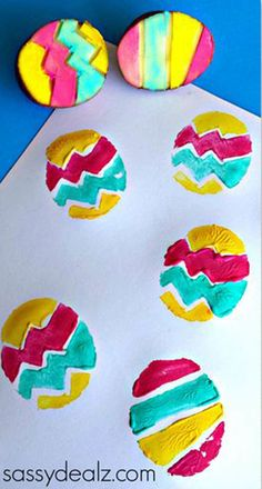 Potato stamp eggs as an Easter craft for kids. - Potato stamp eggs as an Easter craft for kids. Easy Easter Crafts, Easter Art, Hoppy Easter, Easter Crafts For Kids, Diy For Kids, Easter Eggs, Quick Crafts, Bunny Crafts, Easter Table
