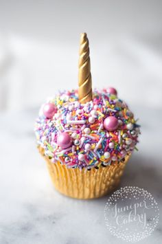 ,Cupcakes and Cakepops Cute and easy unicorn cupcake tutorial by Juniper Cakery Related posts:These pink flamingo donut sticks are so cute! Cupcake Cakes, Fun Cupcakes, Cup Cakes, Sprinkle Cupcakes, Cupcakes For Girls, Simple Cupcakes, Ladybug Cupcakes, Decorated Cupcakes, Cupcakes