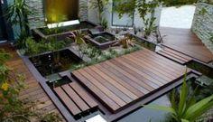 kleiner vorgarten mit wasser und holzboden