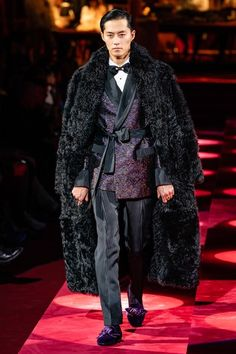 Dolce & Gabbana Fall 2019 Menswear Fashion Show Collection: See the complete Dolce & Gabbana Fall 2019 Menswear collection. Look 81 Dolly Fashion, High Fashion, Luxury Fashion, Mens Fashion, Dolce & Gabbana, Der Gentleman, Piel Natural, Smoking Jacket, Male Fashion Trends