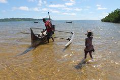 #piccolissima bambina #malgascia che accompagna il #padre in #piroga
