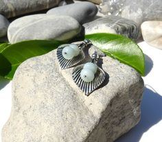 Boucles d'oreilles en perles d'amazonite et petite rocaille grise argentée sur coupelles fleurs en argent tibétain : Boucles d'oreille par lapassiondisabelle