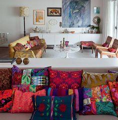 A designer Ana Morelli é especialista em combinar estampas, por causa de seu trabalho com patchwork. Em sua casa, há várias almofadas com sua assinatura. A mistura dá certo, pois todas têm algo em comum: as cores vibrantes