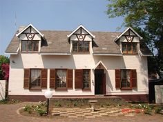 3 Liebeloft Guest House - Luxury guesthouse within 10 km from the ORTambo (Johannesburg) International Airport. Five twin rooms with en-suite bathrooms. One double room, en-suite with shower and bath. Wireless Internet access and ... #weekendgetaways #johannesburg #southafrica