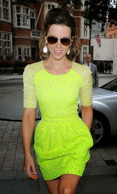 Just a pretty celebrity: Kate Beckinsale in beautiful neon dress