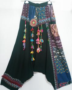 Ethnisch-authentische Patchwork-Haremshose., #Ethnischauthentische #PatchworkHaremshose Hippie Style Clothing, Gypsy Style, My Style, Diy Summer Clothes, Diy Clothes, Custom Clothes, Kinds Of Clothes, Clothes For Women, Boho Fashion