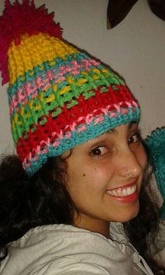 touca ou gorro de crochê colorida com pompom