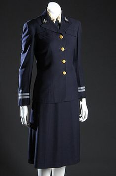 1942 United States Navy WAVES officer's uniform, wool and rayon, by Mainbocher, USA.I have this uniform in my closet. Ww2 Women, Military Women, Style Marin, My Style, 1940s Fashion, Vintage Fashion, Navy Uniforms, Military Uniforms, 1940s Woman