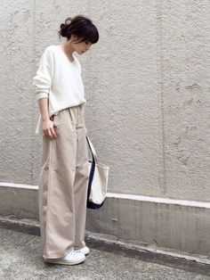 Oversized sweater and linen pants for effortless minimalist yet chic look - Fashion Fashion Mode, Japan Fashion, Look Fashion, Retro Fashion, Trendy Fashion, Korean Fashion, Fashion Tips, Classy Fashion, Fashion 2020