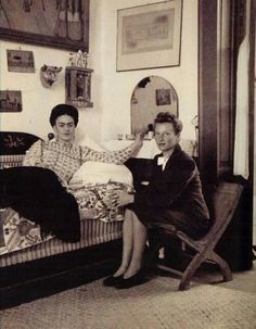 Photo of Frida Kahlo with Emmy Lou Packard. Diego Rivera, Natalie Clifford Barney, Frida E Diego, Famous Mexican, Mexican Artists, Great Artists, Portraits, History, Artwork