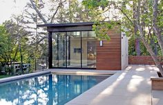 12 Modern Pools: Studio William Hefner designed this pool house and home in Brentwood. The smooth pavers surrounding the simple pool let's the horizontal wood slats on the structure and fence be the stars. Backyard Cabin, Backyard Studio, Outdoor Spaces, Indoor Outdoor, Outdoor Living, Outdoor Gym, Simple Pool, Modern Pools, California Homes