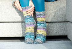 Bequeme Woll-Socken mit einem Strukturmuster. Besonders toll: Mit Anleitung für Größen 22 bis 51, da sich das Muster für alle Größen eignet. Knitting Socks, Leg Warmers, Accessories, Fashion, Easy Knitting Projects, Cuddling, Snail, Hand Crafts, Advertising