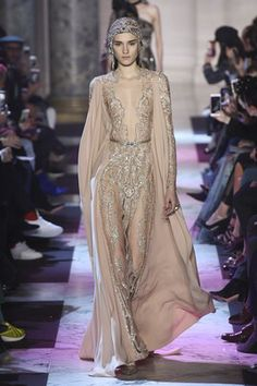 The complete Elie Saab Spring 2018 Couture fashion show now on Vogue Runway. Elie Saab Couture, Couture Mode, Style Couture, Couture Fashion, Runway Fashion, Couture Week, Fashion Outfits, Fashion Trends, Elie Saab Spring