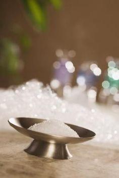 Epsom Salt Cleanse - a safe and natural way to flush body toxins and excess water Epsom Salt Foot Soak, Epsom Salt Bath, Colon Cleanse Detox Drink, Detox Drinks, Epsom Salt Cleanse, Homemade Skin Care, Bath Salts, Cleanser, Autistic Children