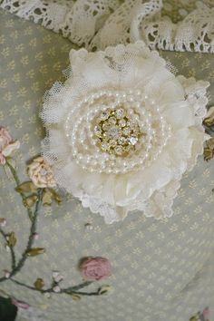 Jennelise: Roses, Lace, and Pearls by tami Cloth Flowers, Shabby Flowers, Lace Flowers, Felt Flowers, Fabric Flowers, Fabric Paper, Fabric Ribbon, Fabric Crafts, Fleurs Style Shabby Chic