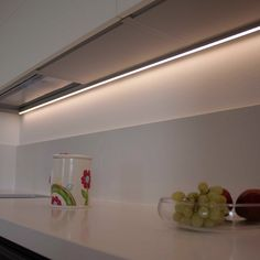 una cabina armadio illuminata con barre led a luce fredda | Barre ...