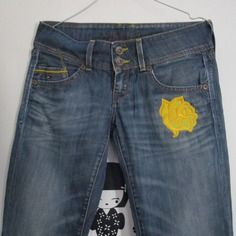 Upcycling mode pantalons jean fleur vintage retravaillé customisé patch jean customisé rose jaune hilfiger