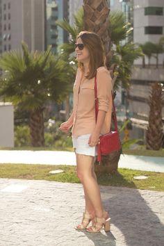 look-do-dia-camisa-nude-short-jeans-sandalia-nude-vicenza-gucci-soho-red-drops-das-dez-6