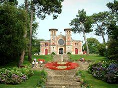 Arcachon: Hermosa iglesia con un parque con flores y árboles - France-Voyage.com
