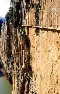 recorrer-el-caminito-del-rey-en-malaga  Amazing what people have done on this planet.