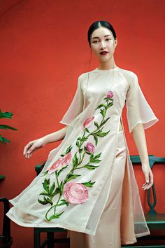 Vietnamese Traditional Dress, Vietnamese Dress, Traditional Dresses, Ao Dai Cach Tan, Indian Kurta, Cool Outfits, Fashion Outfits, Ethnic Dress, Chiffon