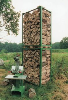 Zum Lagern und Transportieren von Brennholz haben wir uns Boxen gebaut. Basis sind stabile Europaletten. So kann das Holz einfach per Frontlader, Stapler oder Hubwagen transportiert werden. Zuerst wurden aus Winkelprofilen (60 x 60 mm) zwei… Firewood, Big Pools, Home, Boxing, Projects, Simple, Woodburning